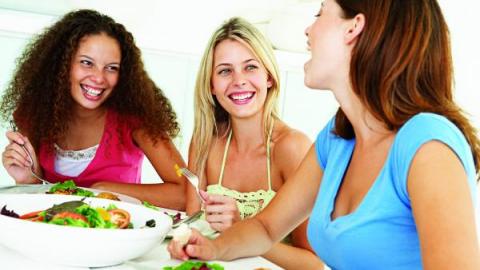 Женщины за едой
